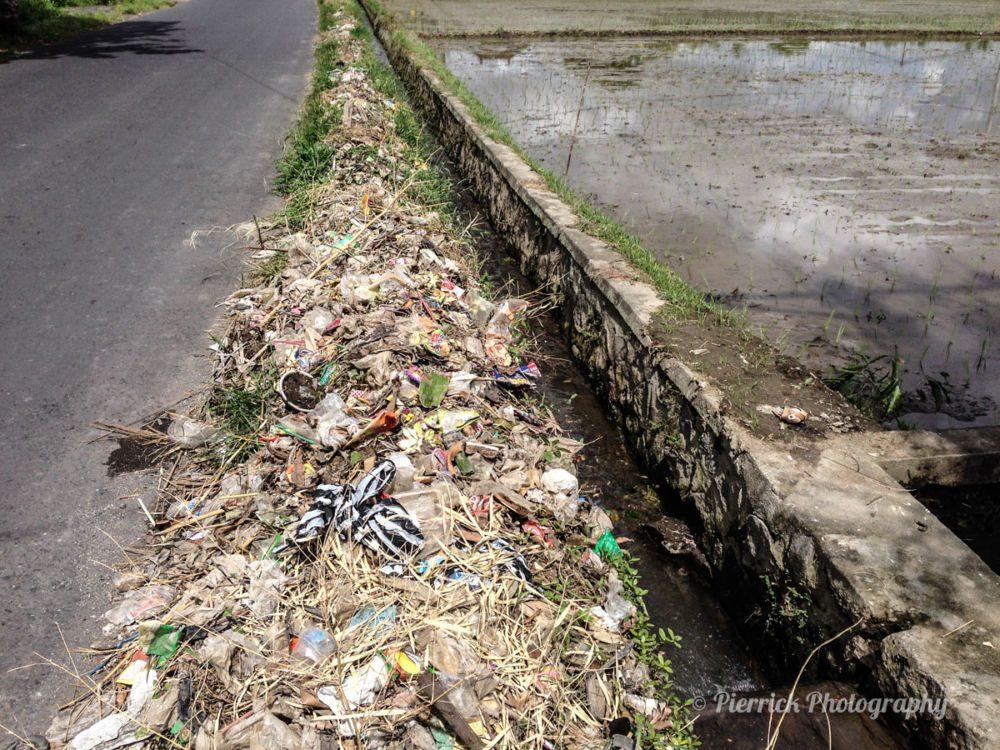 Déchet sur le bord des routes à Bali