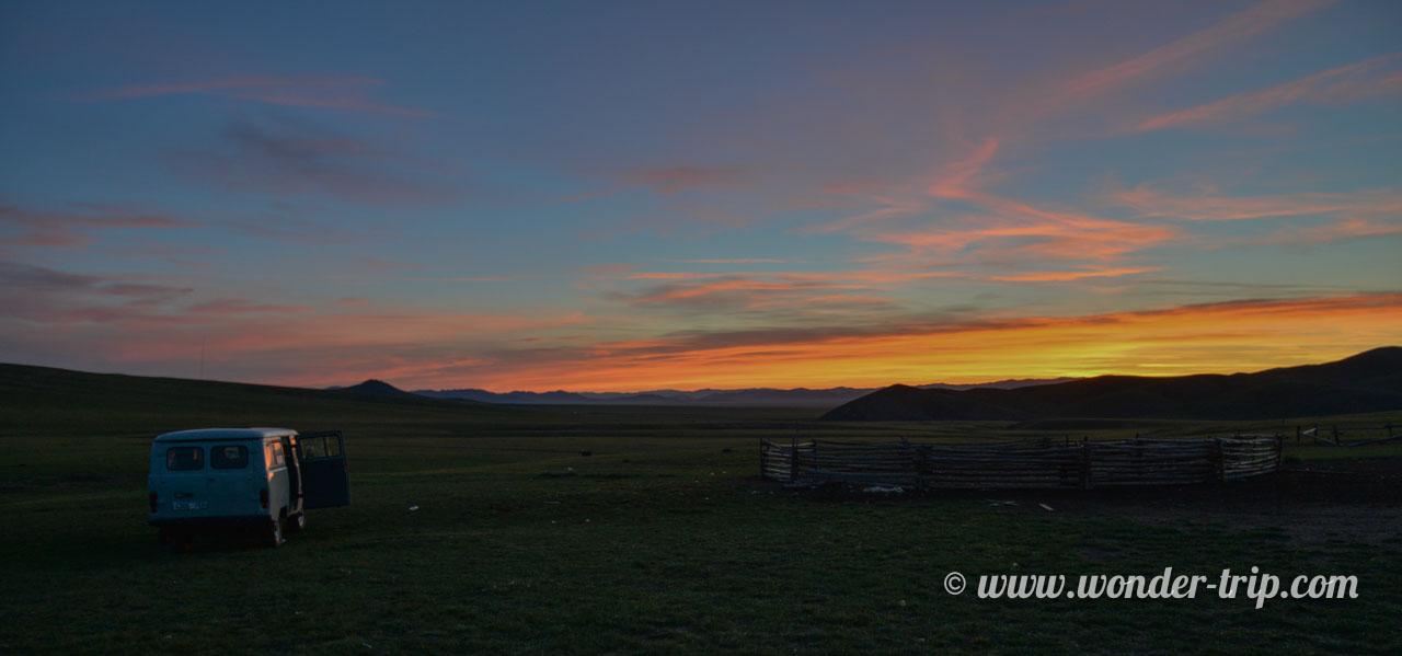 Lever de soleil sur les steppes de Mongolie