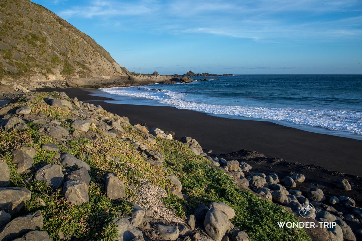 Plage de sable noir dans la baie de Palliser