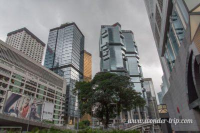Deux backpackers perdus dans le centre-ville de Hong-kong