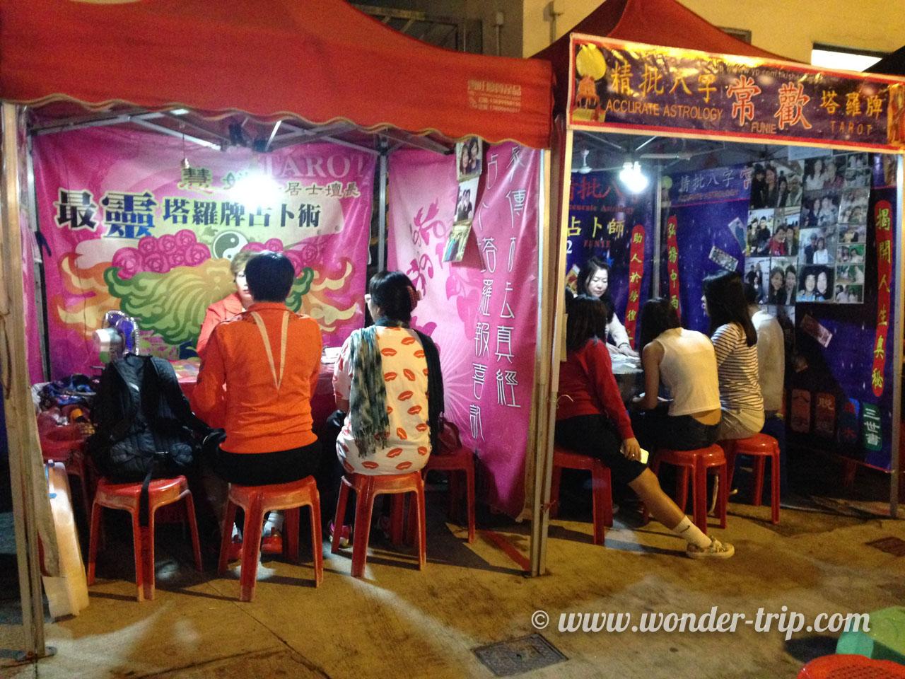 Stand de voyance du Temple night market à Hong Kong